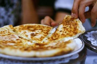 Khachapuri Imeruli. Photocredit: Daniela Bustamante - Flickr
